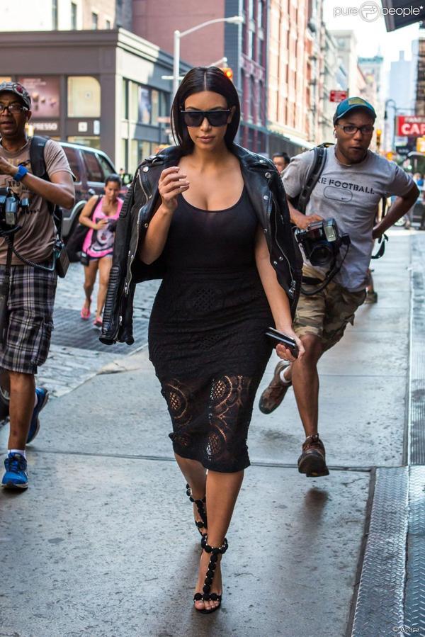 Kim Kardashian en robe noire transparente à New York