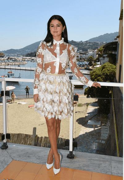 selena gomez en robe blanche transparente