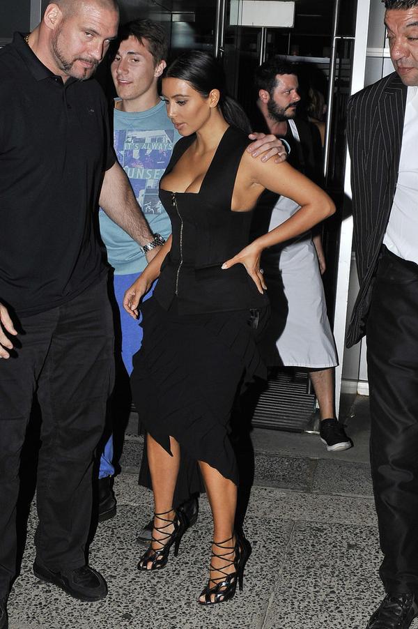 Appréciez l'ultra décolleté de Kim Kardashian en Australie
