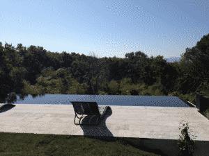 Piscine à débordement ou piscine classique au pays basque